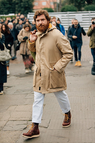 Cómo combinar un pantalón chino blanco: Usa un chubasquero marrón claro y un pantalón chino blanco para un almuerzo en domingo con amigos. Botas de trabajo de cuero marrónes añadirán un nuevo toque a un estilo que de lo contrario es clásico.