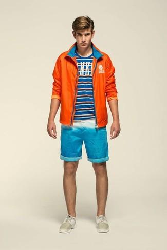 Cómo combinar: chubasquero naranja, camiseta con cuello circular de rayas horizontales azul, pantalones cortos en turquesa, deportivas en beige