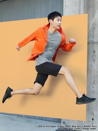 Cómo combinar: chubasquero naranja, camiseta con cuello circular gris, pantalones cortos negros, deportivas negras