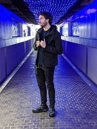 Cómo combinar una chaqueta: Empareja una chaqueta con unos vaqueros negros para una apariencia fácil de vestir para todos los días. ¿Quieres elegir un zapato informal? Usa un par de deportivas en gris oscuro para el día.