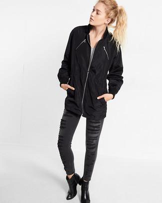 Cómo combinar: chubasquero negro, camiseta con cuello en v de rayas horizontales en blanco y negro, vaqueros pitillo desgastados en gris oscuro, botines de cuero negros