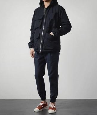 Cómo combinar un chubasquero negro: Ponte un chubasquero negro y un pantalón de chándal azul marino transmitirán una vibra libre y relajada. Tenis de lona rojos son una opción estupenda para completar este atuendo.