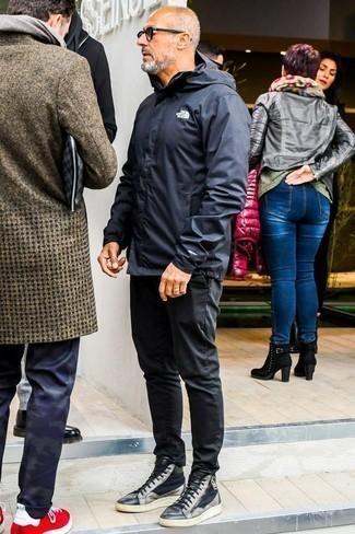 Cómo combinar un chubasquero negro: Casa un chubasquero negro junto a un pantalón chino negro para un almuerzo en domingo con amigos. Si no quieres vestir totalmente formal, opta por un par de zapatillas altas de cuero negras.