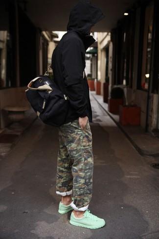 Intenta combinar un chubasquero negro de hombres de Geox con un pantalón chino de camuflaje verde oliva para lidiar sin esfuerzo con lo que sea que te traiga el día. Deportivas en verde menta añaden un toque de personalidad al look.