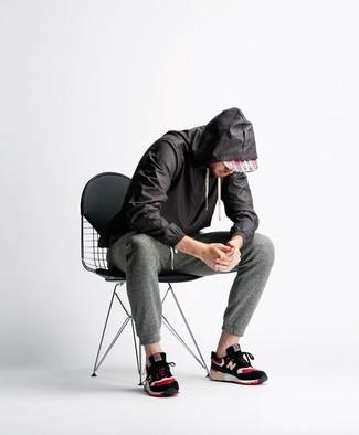 Para un atuendo tan cómodo como tu sillón intenta ponerse un chubasquero negro de Geox y un pantalón de chándal gris oscuro. Mezcle diferentes estilos con deportivas negras.