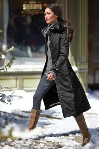 Cómo combinar: chubasquero negro, suéter con cuello chal en gris oscuro, vaqueros pitillo en gris oscuro, botas de caña alta de cuero marrónes