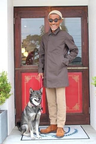 Cómo combinar: chubasquero en marrón oscuro, pantalón chino en beige, botas de trabajo de ante en tabaco, gorro en beige