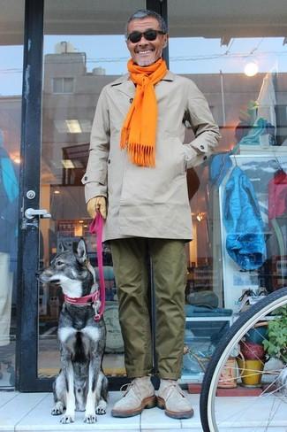 Cómo combinar una bufanda mostaza: Emparejar un chubasquero gris junto a una bufanda mostaza es una opción muy buena para el fin de semana. ¿Te sientes valiente? Elige un par de botas safari de ante grises.