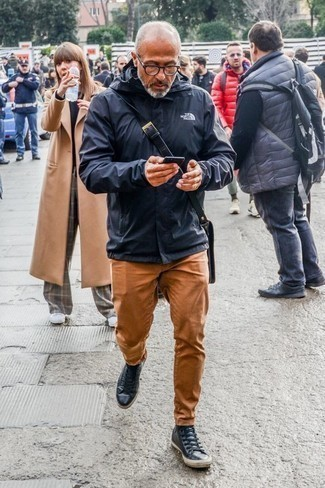 Cómo combinar un chubasquero azul marino: Usa un chubasquero azul marino y un pantalón chino en tabaco para una apariencia fácil de vestir para todos los días. ¿Quieres elegir un zapato informal? Elige un par de zapatillas altas de cuero azul marino para el día.