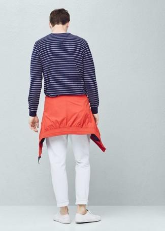 Cómo combinar: chubasquero rojo, jersey con cuello circular de rayas horizontales en azul marino y blanco, pantalón chino blanco, tenis de lona blancos