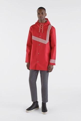 Cómo combinar: chubasquero rojo, pantalón chino gris, zapatillas altas de cuero negras