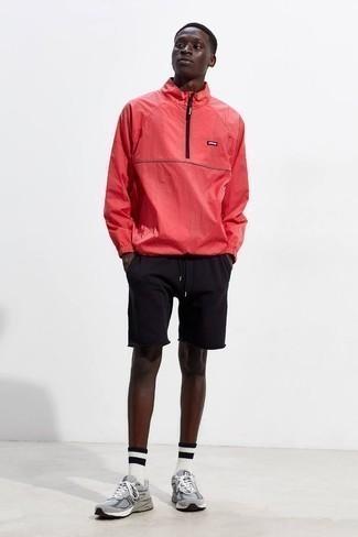 Cómo combinar unos pantalones cortos negros en otoño 2020: Mantén tu atuendo relajado con un chubasquero rojo y unos pantalones cortos negros. ¿Quieres elegir un zapato informal? Completa tu atuendo con deportivas grises para el día. Es una idea chuloa si tu buscas un atuendo ideal para este otoño.