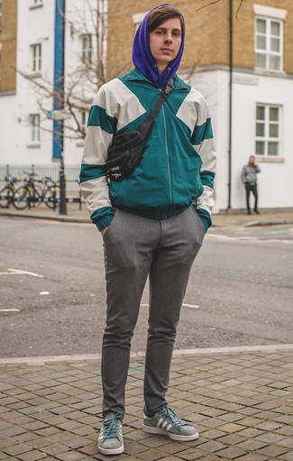 Cómo combinar una sudadera con capucha con un chubasquero: Elige un chubasquero y una sudadera con capucha para lidiar sin esfuerzo con lo que sea que te traiga el día. Tenis de lona en verde menta son una opción estupenda para complementar tu atuendo.