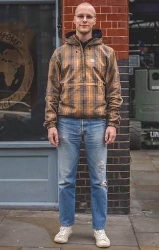 Cómo combinar unos vaqueros para hombres de 20 años: Ponte un chubasquero marrón claro y unos vaqueros para un look agradable de fin de semana. ¿Quieres elegir un zapato informal? Elige un par de zapatillas altas de lona en beige para el día.