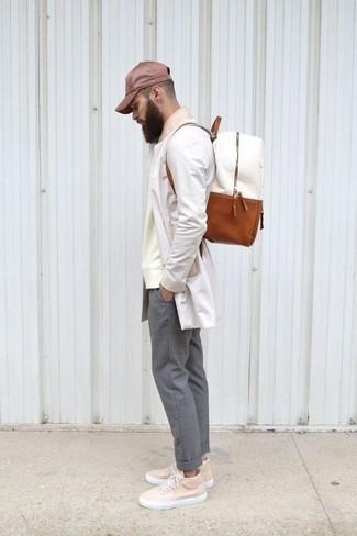 Cómo combinar una gorra de béisbol burdeos: Elige un chubasquero blanco y una gorra de béisbol burdeos para un look agradable de fin de semana. Con el calzado, sé más clásico y completa tu atuendo con tenis de cuero rosados.