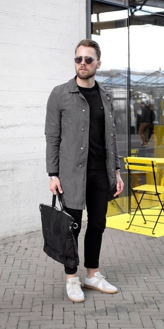 Este combo de un chubasquero gris y unos vaqueros negros de hombres de Givenchy te permitirá mantener un estilo cuando no estés trabajando limpio y simple. Completa el look con tenis de cuero blancos.