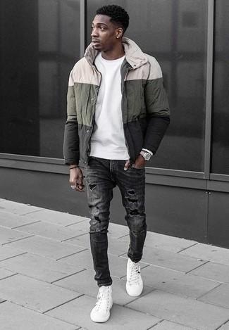 Outfits hombres: Emparejar un chubasquero en multicolor con unos vaqueros desgastados en gris oscuro es una opción muy buena para el fin de semana. Zapatillas altas de lona blancas son una opción inmejorable para complementar tu atuendo.