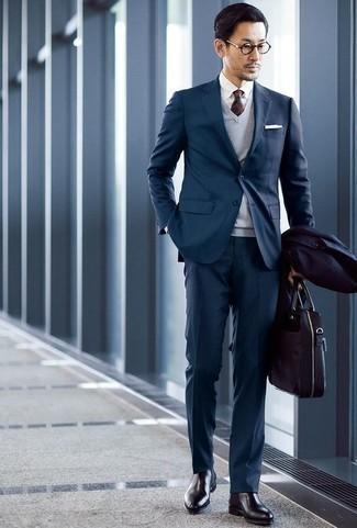 Cómo combinar un traje en verde azulado: Casa un traje en verde azulado con un chubasquero azul marino para un perfil clásico y refinado. Botines chelsea de cuero negros son una opción práctica para complementar tu atuendo.