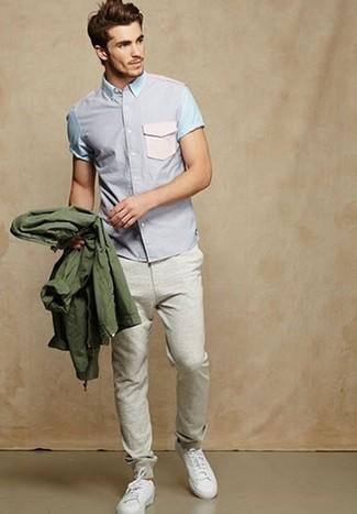Cómo combinar: chubasquero verde oliva, camisa de manga corta violeta claro, pantalón de chándal gris, tenis blancos