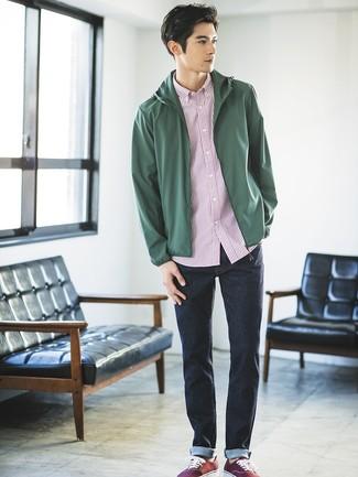 Cómo combinar: chubasquero verde oscuro, camisa de manga corta de rayas verticales en blanco y rojo, vaqueros azul marino, tenis de lona burdeos