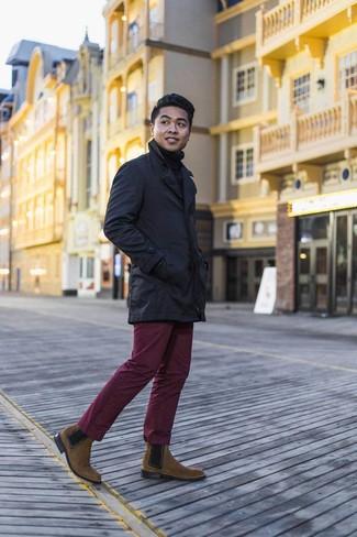 Cómo combinar un pantalón chino burdeos: Empareja una gabardina azul marino con un pantalón chino burdeos para el after office. ¿Por qué no ponerse botines chelsea de ante marrónes a la combinación para dar una sensación más clásica?
