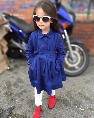 Cómo combinar: gabardina azul marino, vaqueros blancos, botas rojas, gafas de sol blancas