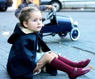 Cómo combinar: gabardina azul marino, vestido celeste, bailarinas burdeos, calcetines burdeos