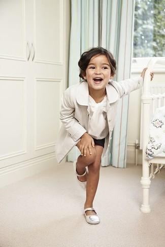 Cómo combinar: gabardina blanca, camisa de vestir blanca, pantalones cortos negros, bailarinas blancas
