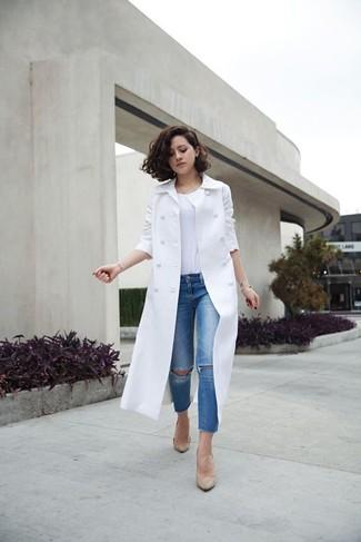 Cómo combinar: gabardina blanca, camiseta con cuello circular blanca, vaqueros pitillo desgastados azules, zapatos de tacón de cuero en beige