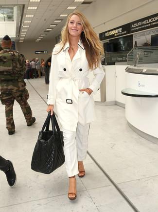 Cómo combinar: gabardina blanca, pantalón de vestir blanco, sandalias de tacón de cuero marrónes, bolsa tote de cuero acolchada negra