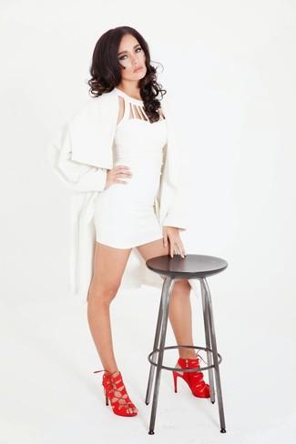 Cómo combinar: gabardina blanca, vestido ajustado blanco, sandalias de tacón de ante rojas