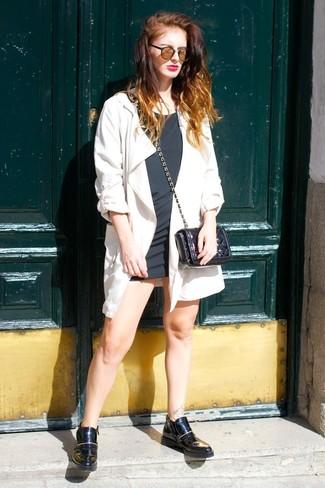 Cómo combinar: gabardina blanca, vestido recto negro, botines chelsea de cuero negros, bolso bandolera de cuero acolchado negro