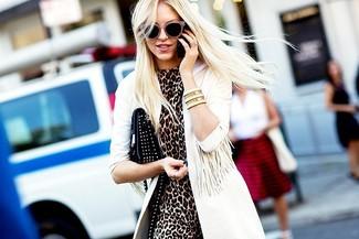 Cómo combinar: gabardina blanca, vestido tubo de leopardo marrón, cartera sobre de cuero con tachuelas negra