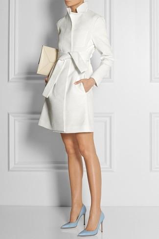 Cómo combinar: gabardina blanca, zapatos de tacón de cuero celestes, cartera sobre de cuero en beige