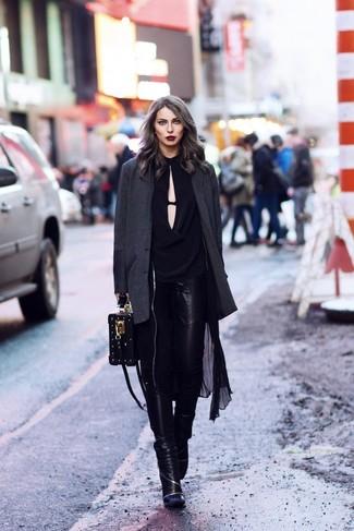 Cómo combinar: gabardina ligera negra, blazer en gris oscuro, blusa de manga larga negra, vaqueros pitillo de cuero negros