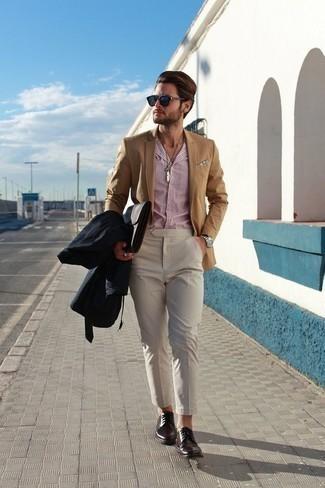 Cómo combinar un pantalón chino en beige: Ponte una gabardina azul marino y un pantalón chino en beige para lograr un estilo informal elegante. Zapatos derby de cuero burdeos son una forma sencilla de mejorar tu look.
