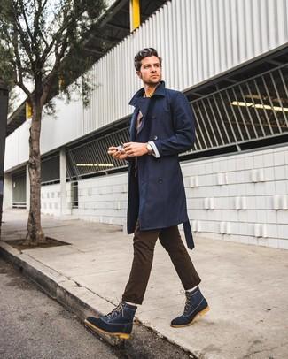 Cómo combinar: gabardina azul marino, blazer en marrón oscuro, camisa de manga larga amarilla, pantalón chino en marrón oscuro