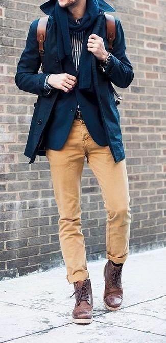 Elige una gabardina y un pantalón chino marrón claro para el after office. Este atuendo se complementa perfectamente con botas casual de cuero marrón oscuro.