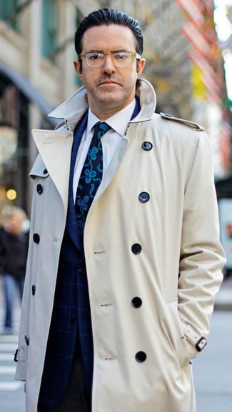 Cómo combinar: gabardina en beige, blazer a cuadros azul marino, camisa de vestir blanca, pantalón de vestir de lana en marrón oscuro