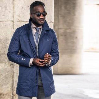 Cómo combinar: gabardina azul marino, blazer de algodón gris, camisa de vestir en beige, pantalón de vestir gris