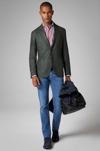 Cómo combinar: gabardina azul marino, blazer verde oscuro, camisa de vestir de rayas verticales en blanco y rojo, vaqueros azules