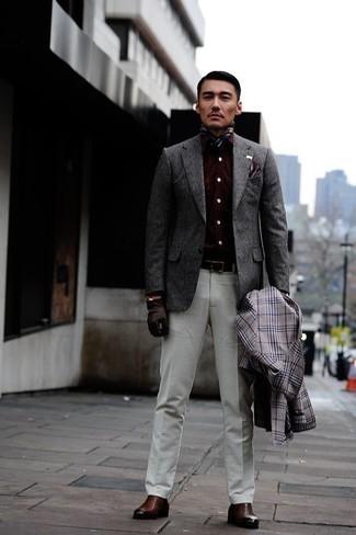 Cómo combinar un blazer de lana gris: Ponte un blazer de lana gris y un pantalón de vestir blanco para una apariencia clásica y elegante. ¿Por qué no añadir botines chelsea de cuero marrónes a la combinación para dar una sensación más relajada?