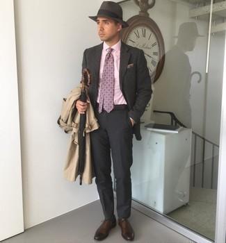 Cómo combinar un sombrero de lana en marrón oscuro: Emparejar una gabardina marrón claro junto a un sombrero de lana en marrón oscuro es una opción grandiosa para el fin de semana. ¿Te sientes ingenioso? Dale el toque final a tu atuendo con zapatos oxford de cuero en marrón oscuro.