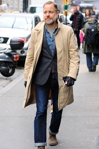 Cómo combinar unos guantes de lana negros: Utiliza una gabardina marrón claro y unos guantes de lana negros transmitirán una vibra libre y relajada. ¿Te sientes valiente? Complementa tu atuendo con botas safari de ante marrón claro.