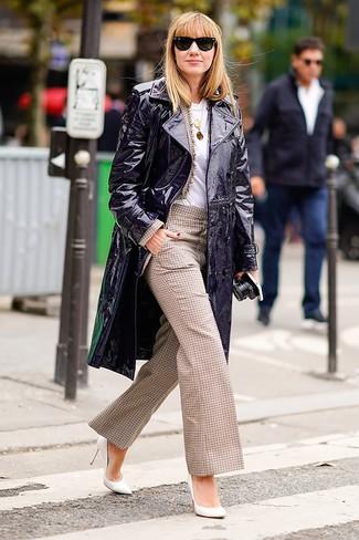 Cómo combinar un blazer marrón claro: Empareja un blazer marrón claro con unos pantalones anchos a cuadros marrón claro para una vestimenta cómoda que queda muy bien junta. Zapatos de tacón de cuero blancos son una opción grandiosa para completar este atuendo.