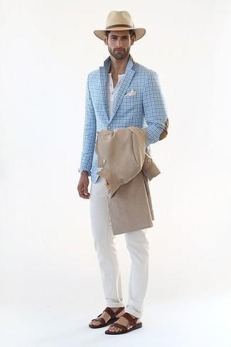 Cómo combinar: gabardina en beige, blazer de cuadro vichy celeste, camiseta henley blanca, pantalón chino blanco