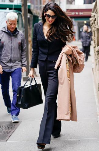 Outfits mujeres: Elige una gabardina marrón claro y un pantalón de campana de lana negro para las 8 horas. Zapatos de tacón de cuero negros son una opción atractiva para completar este atuendo.