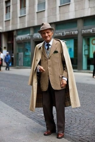 Moda para hombres de 60 años en clima fresco: Considera ponerse una gabardina marrón claro y un pantalón de vestir en marrón oscuro para un perfil clásico y refinado. Zapatos derby de cuero marrónes añaden un toque de personalidad al look.