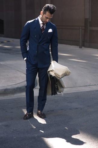 Cómo combinar: gabardina en beige, blazer cruzado de rayas verticales azul marino, camisa de vestir blanca, pantalón de vestir de rayas verticales azul marino