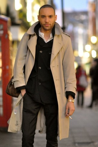 Cómo combinar: gabardina en beige, blazer cruzado negro, camiseta henley blanca, pantalón de vestir negro